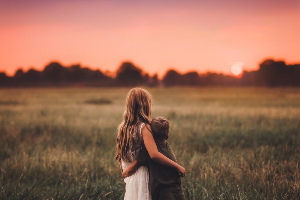 Geschwister Schauen Sonnenuntergang